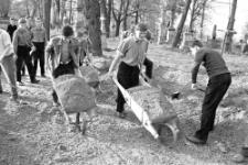 Prace porządkowe na starym cmentarzu w Krośnie, lata 70. XX w. [Dokument ikonograficzny]